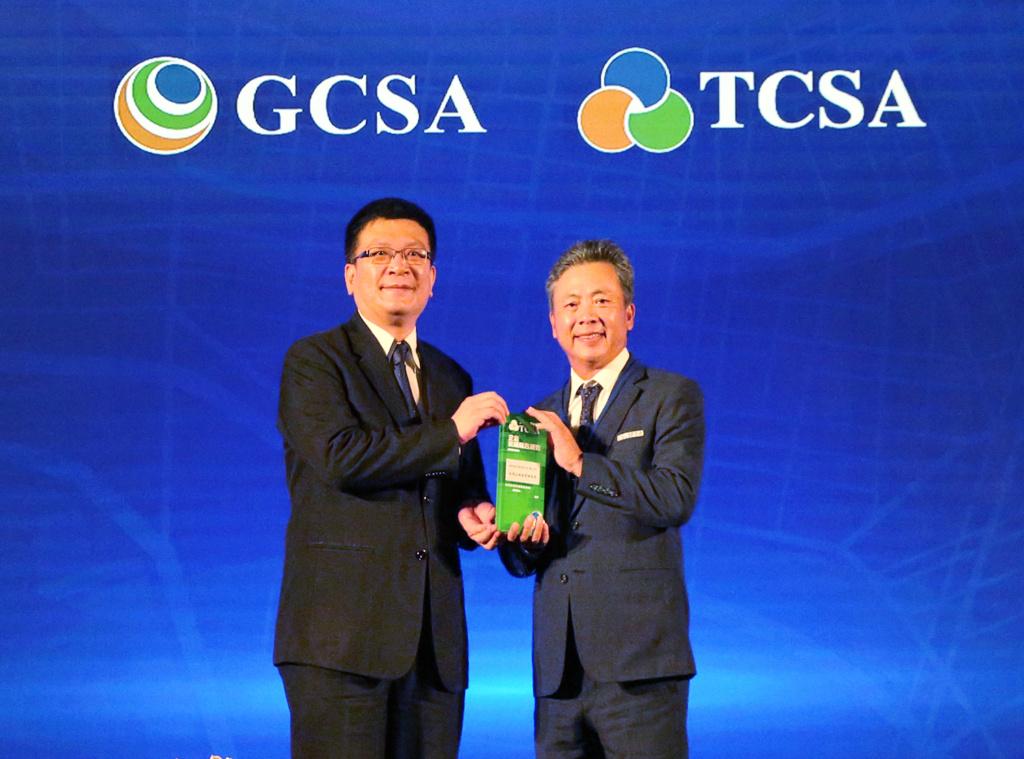 经济部次长曾文生(左)颁发「台湾企业永续奖」予崇越科技执行长李正荣(右)。